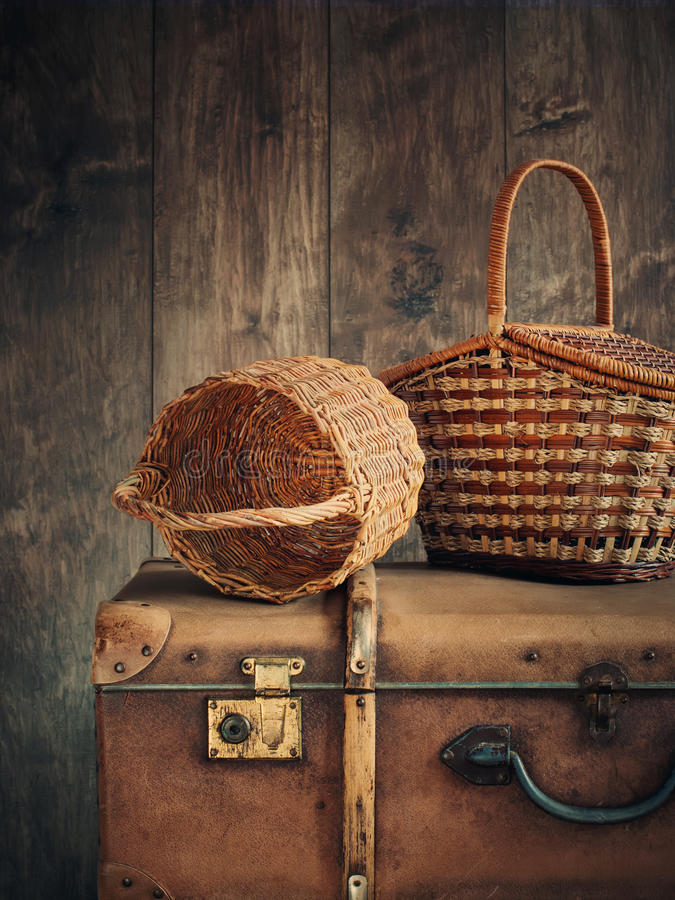 老事篮子和树干 图库摄影
