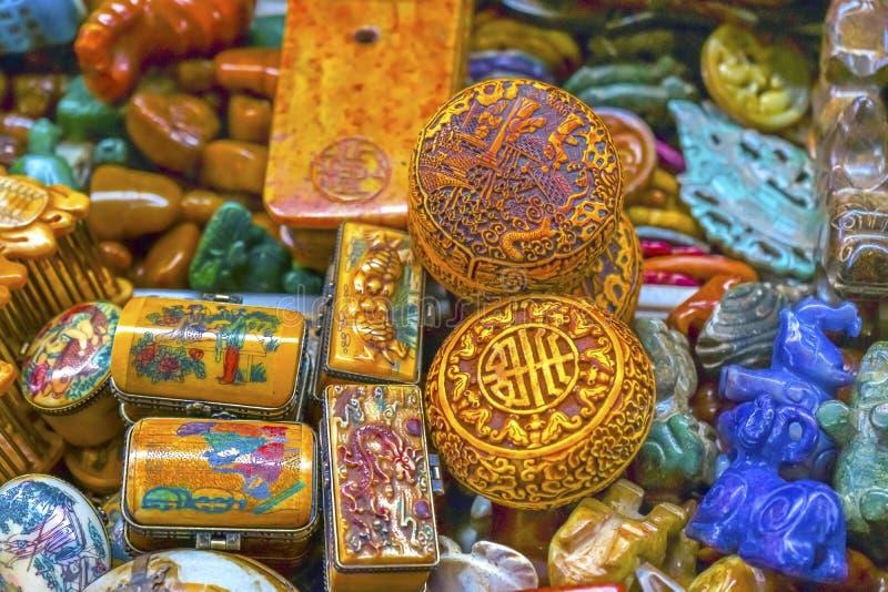 老五颜六色的中国陶瓷纪念品Panjuan跳蚤市场Beij 图库摄影