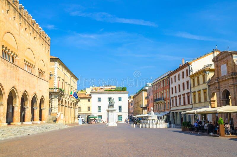 老五颜六色的多彩多姿的大厦和房子和保禄五世纪念碑在广场卡武尔广场在历史旅游城市里米尼 库存图片