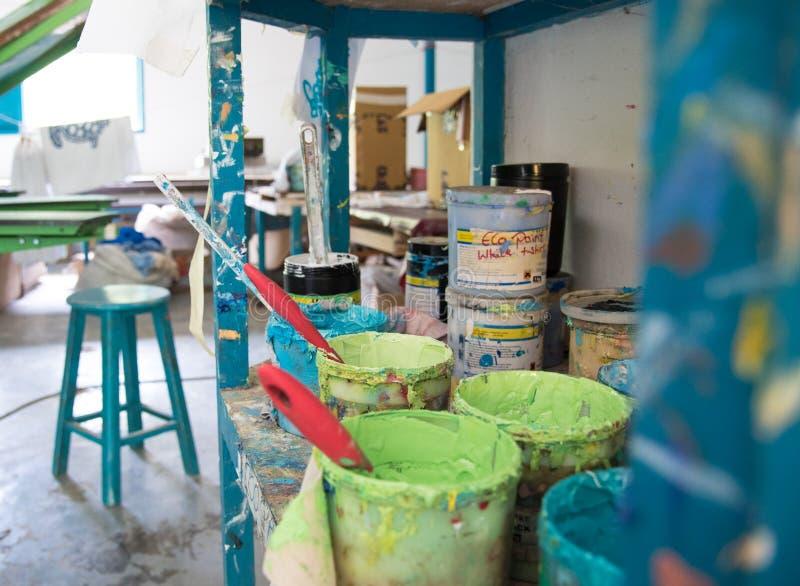 老五颜六色的油漆桶 图库摄影
