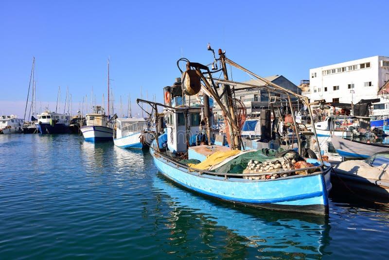老五颜六色的渔夫小船被栓对在老贾法角港的一个码头  库存图片