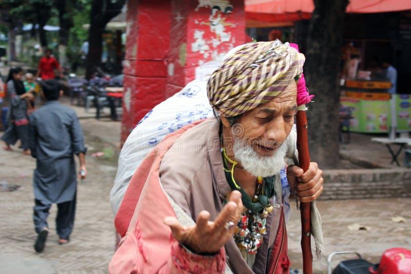 老亚洲叫化子faqeer玛琅可怜的无家可归者巴基斯坦人在亚洲在街道乞求 库存图片