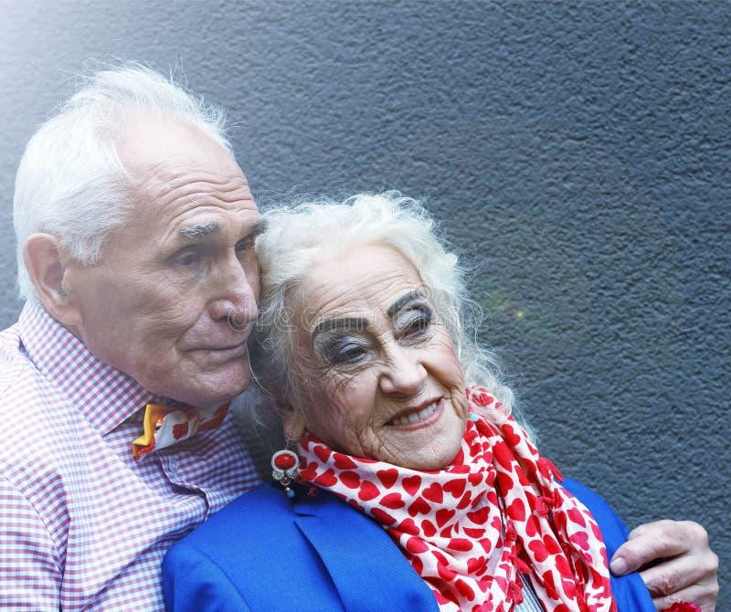 老人、一对已婚夫妇在典雅的衣裳和欢乐修改 金子婚礼 概念:周年,相识,家庭 库存照片