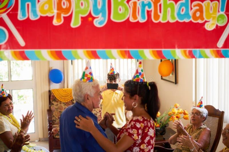 老人与朋友的生日聚会在老年医学的医院 免版税库存图片