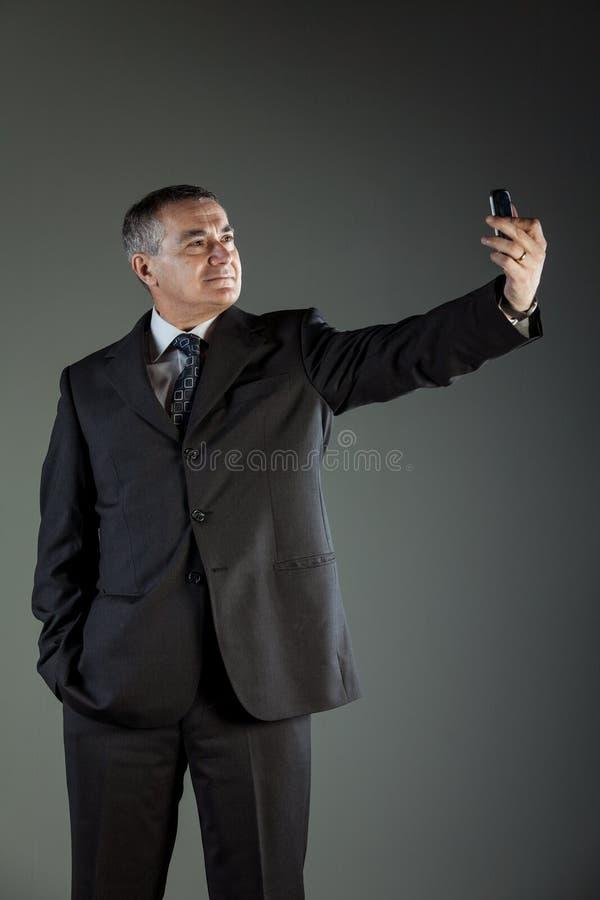老人佩带的衣服,当采取selfie时 库存照片