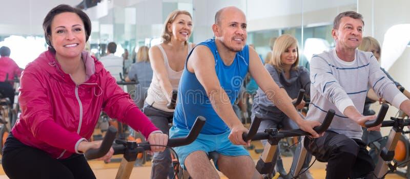 老人做在锻炼脚踏车的体育 免版税库存图片