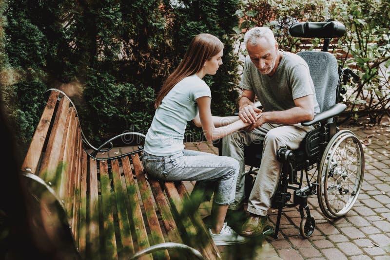 老人和妇女坐Banch 愉快的系列 库存图片