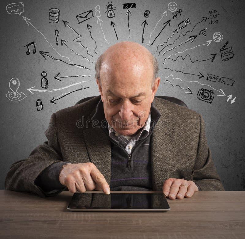 老人和技术 库存图片