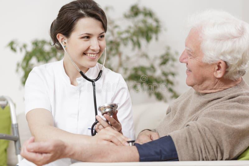 老人和年轻人护士 免版税库存图片