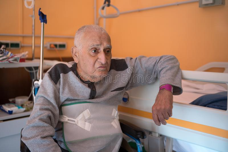 老人在医院 免版税库存照片