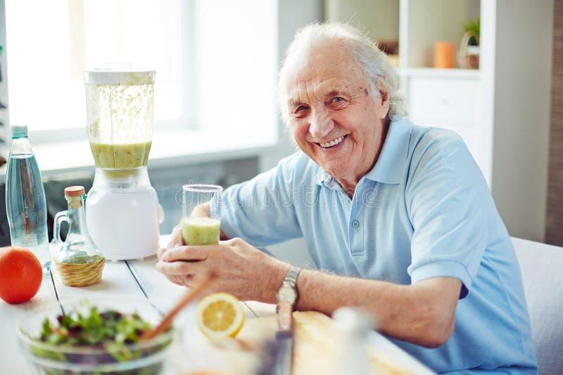 老人在厨房里 免版税图库摄影