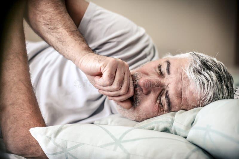 老人在床上 库存照片