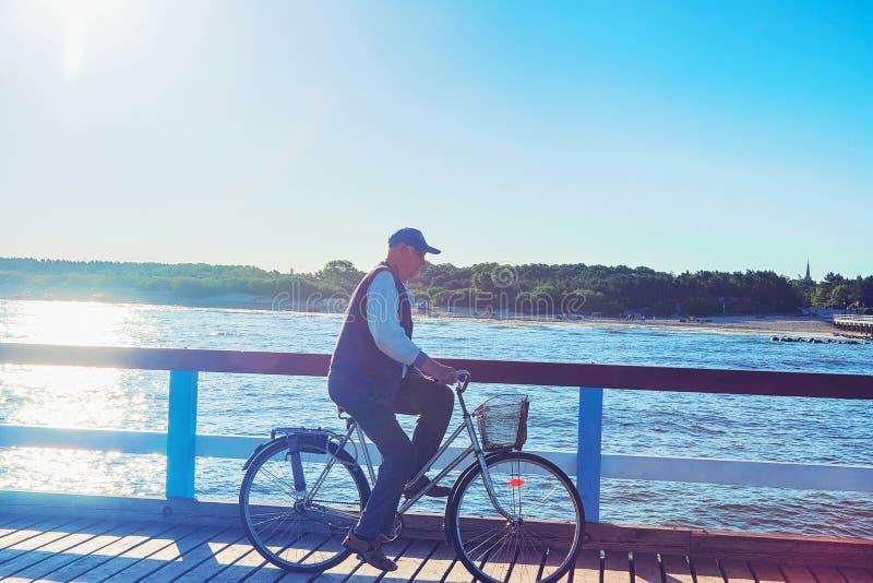 老人在海桥梁的骑马自行车在帕兰加 库存图片