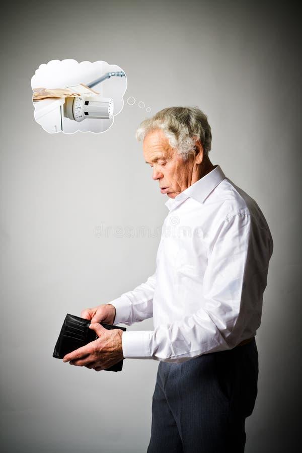 老人在白色和空的钱包里 取暖季节、税和保存的概念 幅射器 免版税库存图片