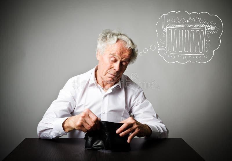 老人在白色和空的钱包里 白色和取暖季节的老人 库存照片
