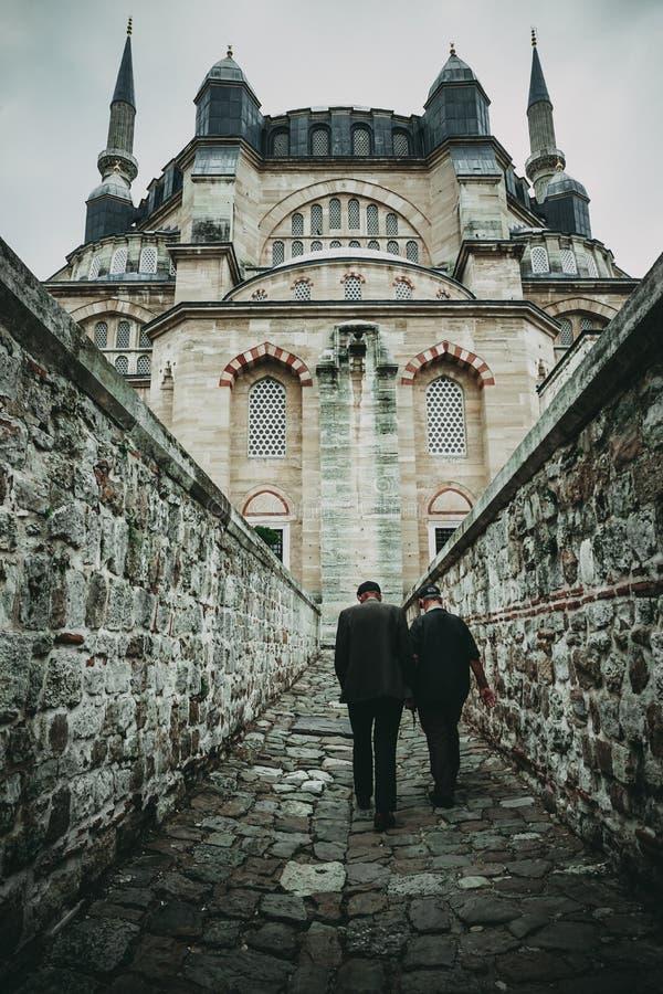 老人在1575年进入塞利米耶清真寺Camii,设计由科查・米马尔・希南 爱迪尔内,土耳其 免版税图库摄影