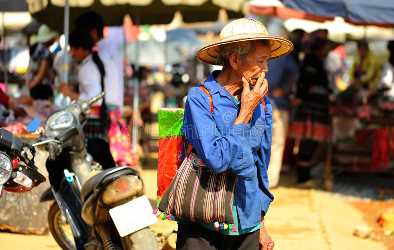 老人在Mai Chau的市场上 库存图片