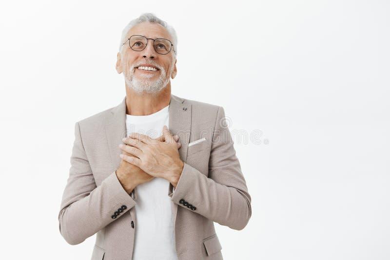 老人坠入爱河 在衣服的浪漫英俊和高兴愉快的资深握手的商人和玻璃近 库存照片