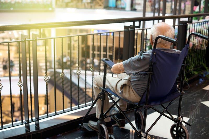 老人孤独在购物中心 免版税库存图片