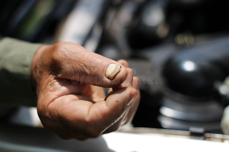 老人定象汽车的手 免版税库存图片