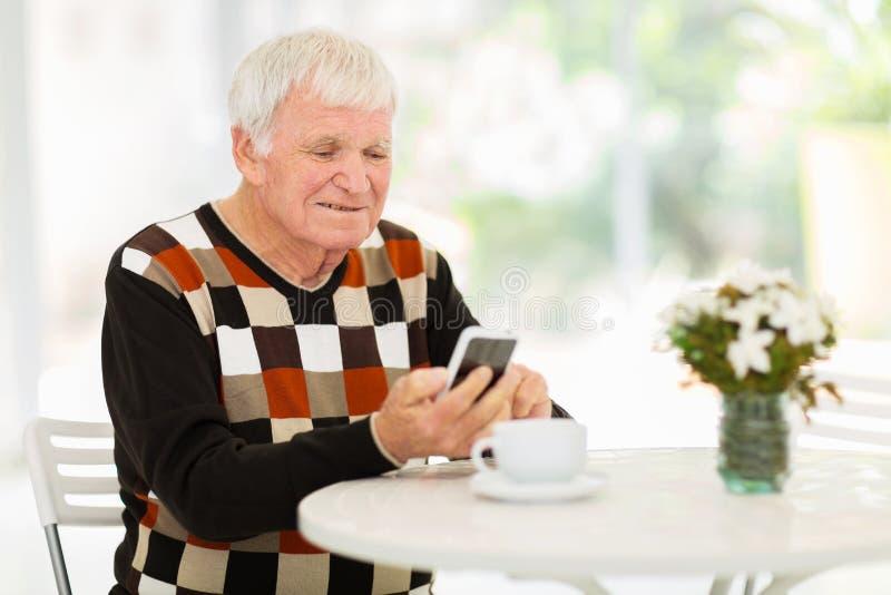 老人巧妙的电话 免版税库存照片