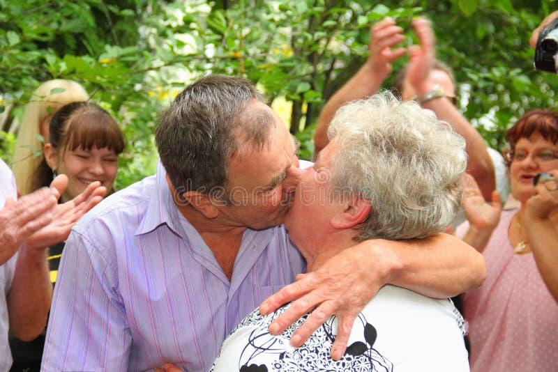 老人已婚夫妇亲吻 免版税库存图片