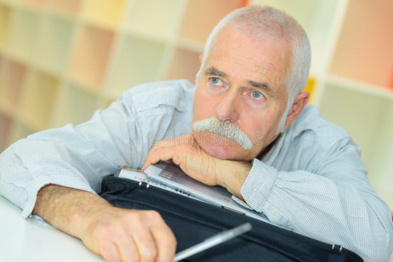 老人有在面孔的哀伤的神色 免版税图库摄影