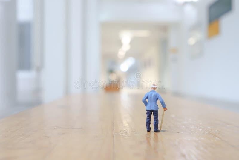 老人步行小图  向量例证