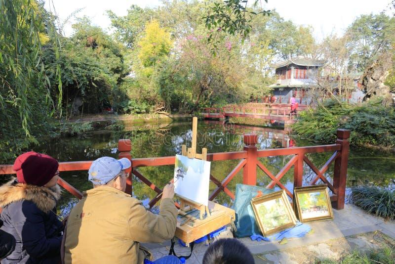 老人绘画水彩在baihuatan公园,多孔黏土rgb 免版税库存图片