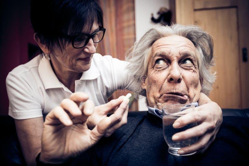 老人被赢取的` t采取他的药片 免版税图库摄影