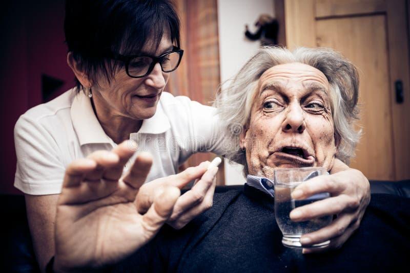 老人被赢取的` t采取他的药片 免版税库存图片