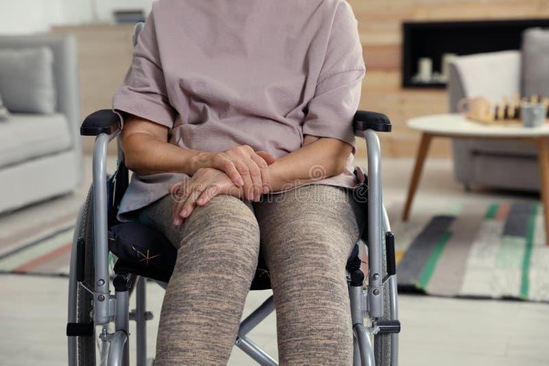 老人院的,特写镜头有残障的年长妇女 免版税库存图片