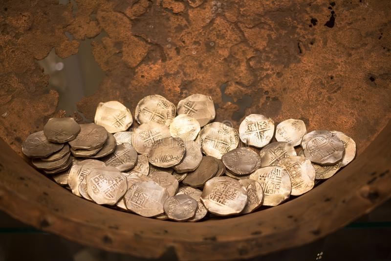 老从挖掘的硬币考古发现 库存照片