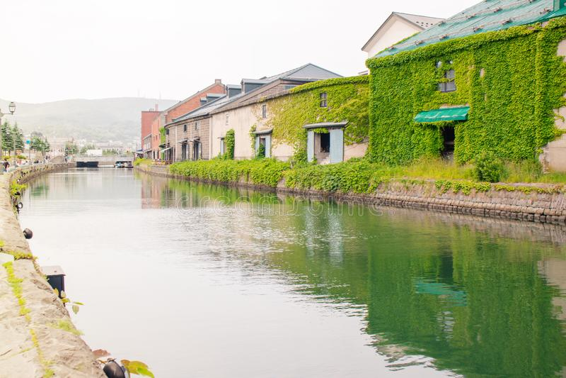 老仓库大厦和小樽运河美好的风景视图在季节性的夏天 库存照片