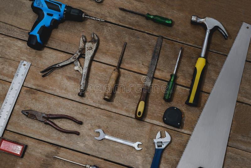 老仪器建设者或整修修造和修理房子的木背景的 免版税库存照片