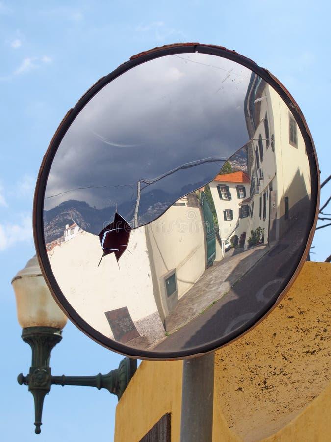 老传统房子街道在丰沙尔马德拉在一个老打击非法交易镜子反射了反对天空蔚蓝 库存图片