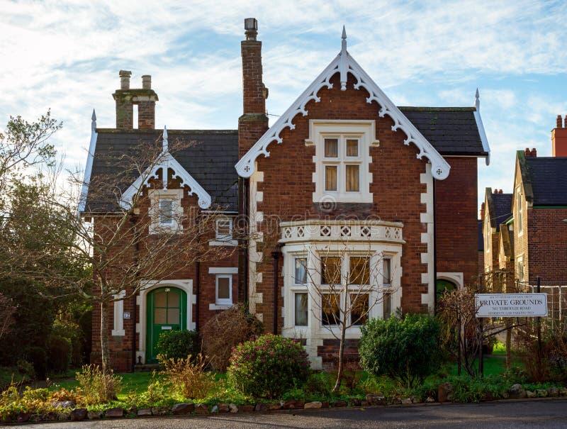 老传统英国与前面庭院的蜂蜜金黄棕色扔石头的村庄登上的Dinham,埃克塞特,德文郡,英国, 库存照片