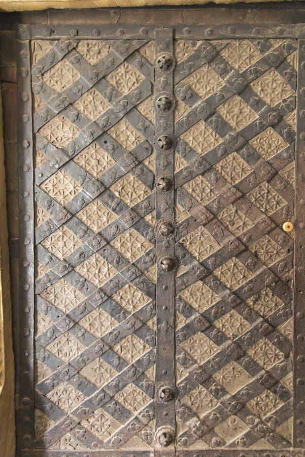 老伪造的,古色古香的门在Cistercian修道院里在Wachock 免版税库存照片