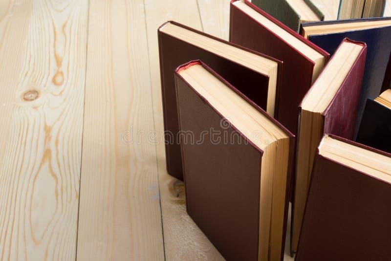 老使用的五颜六色的精装书顶视图预定 回到学校 库存图片