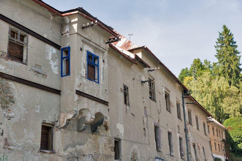 老使荒凉的房子在Banska Stiavnica,斯洛伐克 图库摄影