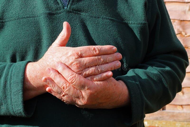 老供以人员右手 痛苦,关节炎 免版税图库摄影