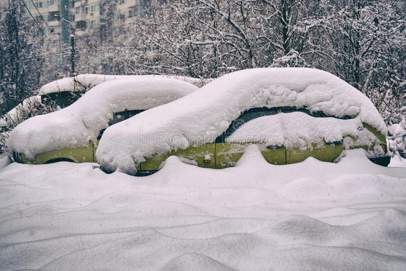 老俄国汽车被埋没在雪下厚实的层数  免版税库存照片
