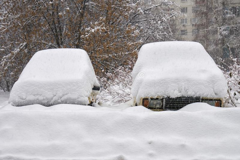 老俄国汽车被埋没在雪下厚实的层数  库存图片