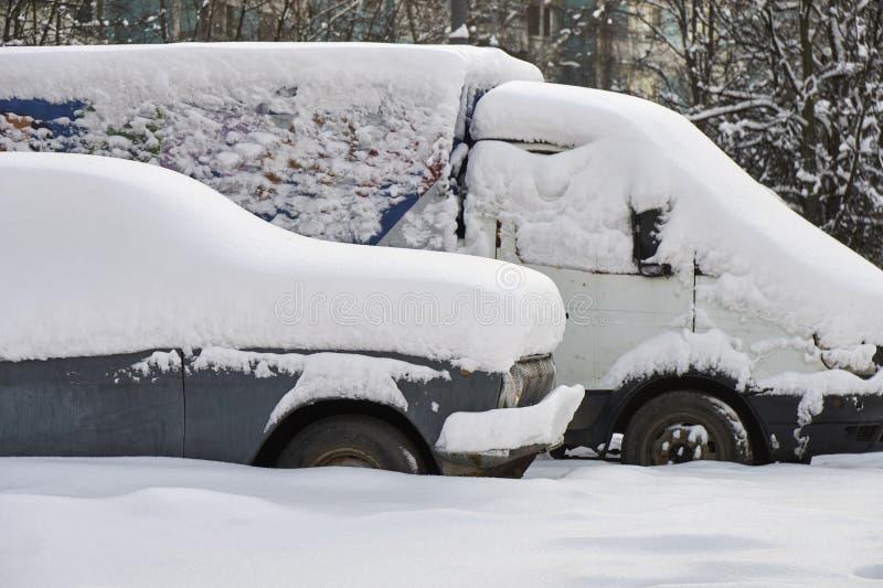老俄国汽车被埋没在雪下厚实的层数  免版税库存图片