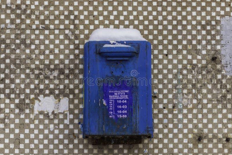 老俄国蓝色邮箱 题字:联邦政府单一的企业俄国岗位题字:信件被做:星期一 图库摄影