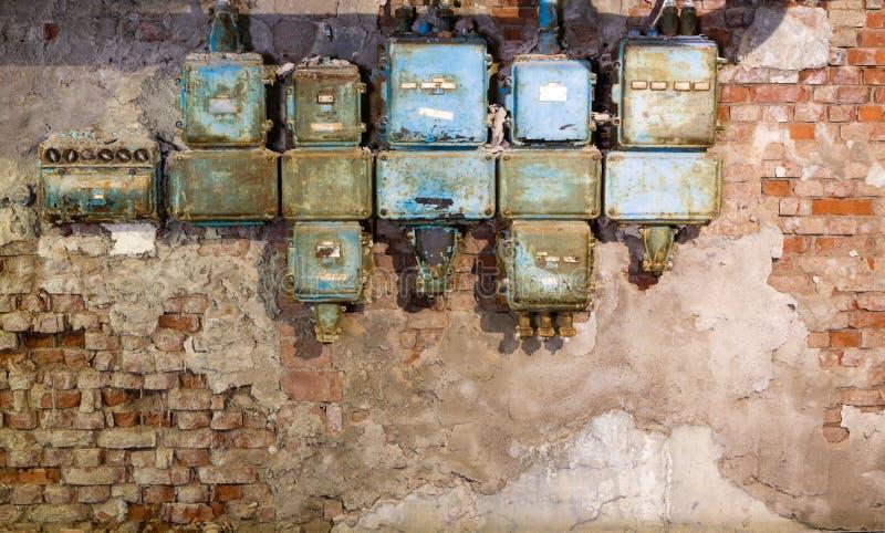 老保险丝箱子在一家老被放弃的工厂 图库摄影
