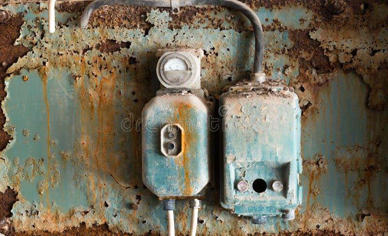老保险丝箱子在一家老被放弃的工厂 库存照片