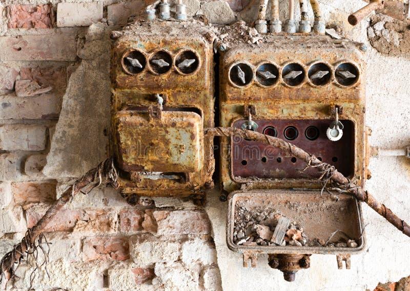 老保险丝箱子在一家老被放弃的工厂 库存图片