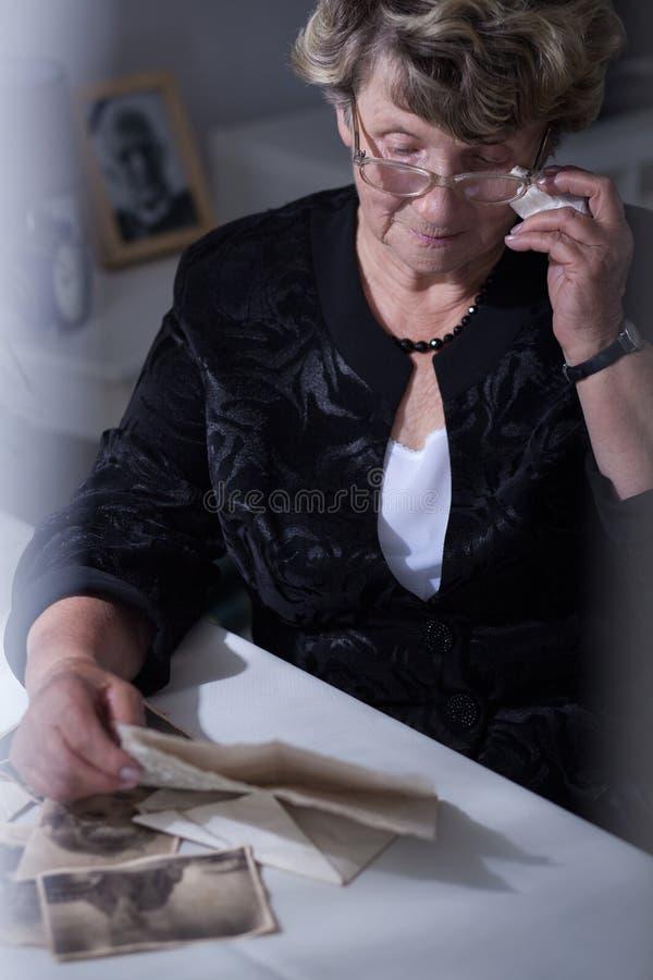 读老信的资深妇女 免版税图库摄影