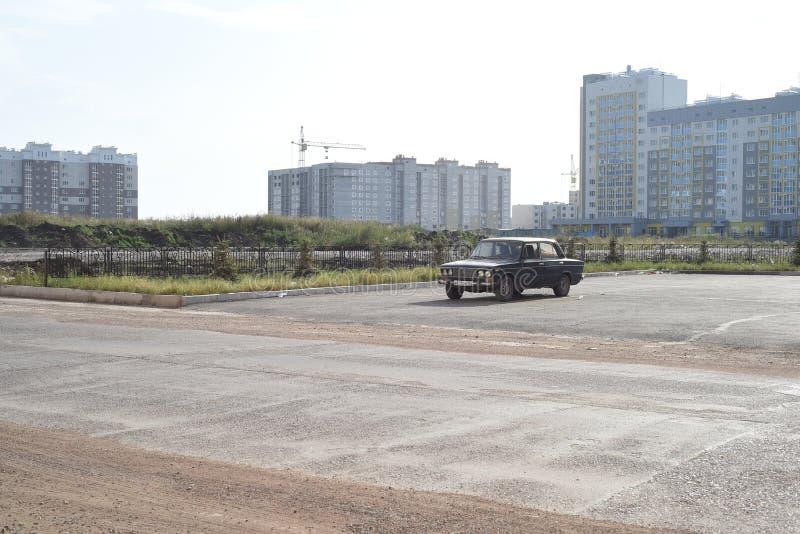 老停放的Lada在Carpark 库存图片